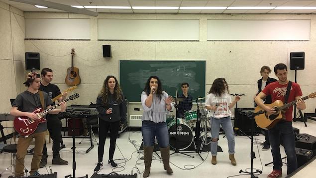 Un groupe de jeunes artistes en répétition.