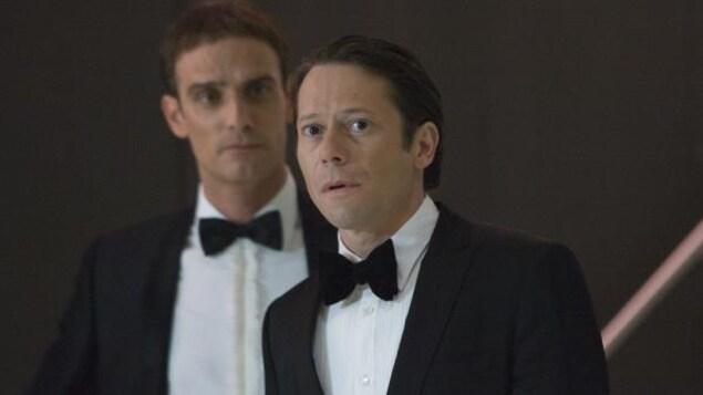 Au premier plan, l'acteur Mathieu Amalric, en tuxedo, dans le film «007 Quantum».