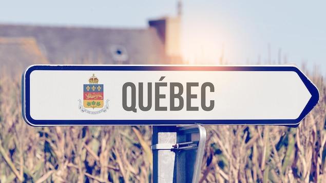 Un panneau montre la direction du Québec.