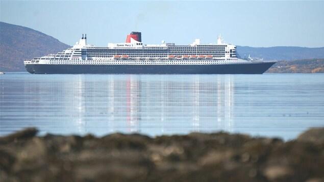 Le Queen Mary II dans la baie de Gaspé