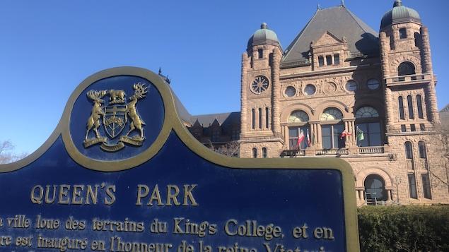 L'extérieur de l'édifice de l'Assemblée législative de l'Ontario.