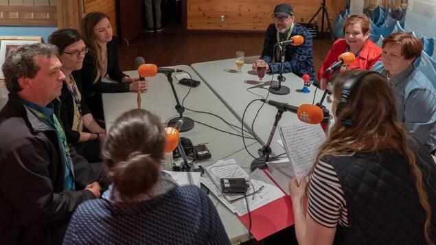 Les participants du dernier quiz Ça fait l'tour. L'équipe Gaspésie Gourmande affronte celle de Tourisme Gaspésie.