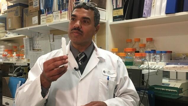 Un chercheur tient dans ses mains un nouveau condom à l'étude.