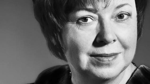 Portrait en noir et blanc de la romancière Rachel Leclerc.