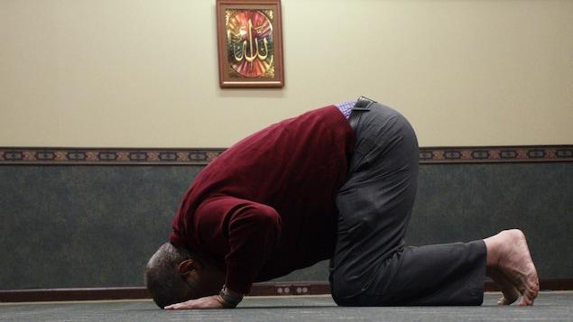 Rachid Raffa prie à la mosquée.