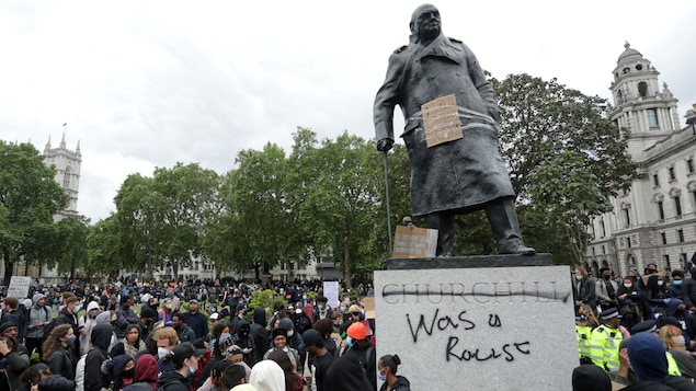 Un monument en l'honneur de Winston Churchill sur lequel on peut lire : « Churchill était un raciste ».