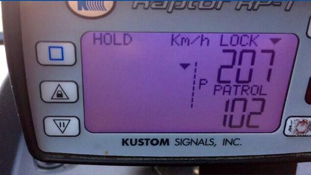 Gros plan sur un radar qui affiche 207 km heure