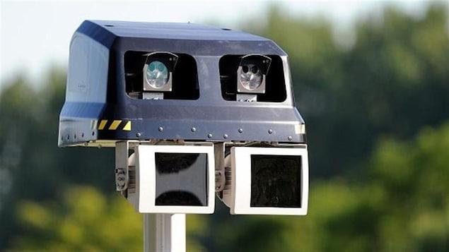 Un radars photo sur pied.