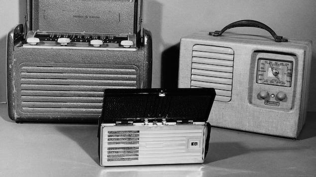 Trois modèles d'appareil de radio portatif à pile ou électrique datant de 1937 à 1960.