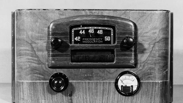 Vieux modèle d'appareil de radio de table de marque General Electric.
