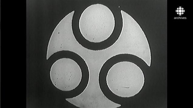 En noir et blanc, logo de Radio-Québec composé d'un cercle dans lequel on a inséré trois cercles