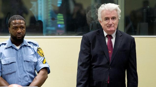 Radovan Karadzic, ancien dirigeant des Serbes de Bosnie, est debout au Tribunal international et écoute la lecture du verdict.
