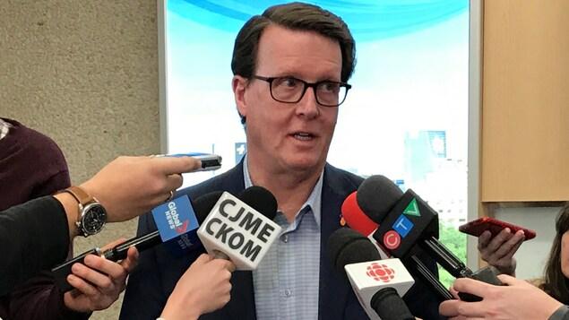 Gros plan sur le visage de Michael Fougere, qui parle aux journalistes.