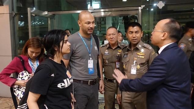 Rahaf Mohammed Al-Qunun avec des officiels thaïlandais et un représentant de l'ONU