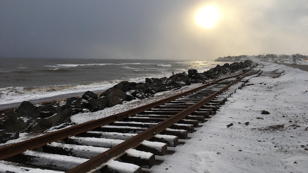 chemin de fer tordu et enrochement