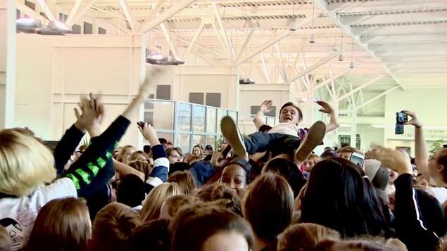 Une foule de jeunes franco-albertains pendant un concert au Collège Red Deer.