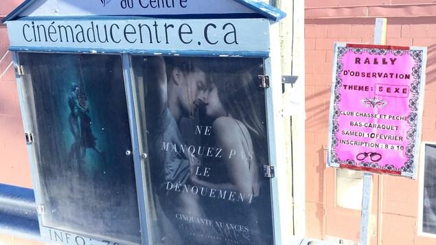 Une affiche annonçant le rallye d'observation sur le sexe côtoie celle du film «Cinquante nuances plus claires».