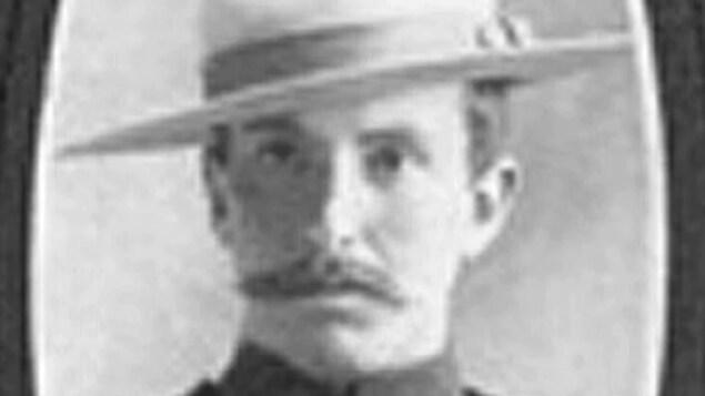 Le sergent Ralph Morton L. Donaldson porte une moustache, son chapeau et le reste de son uniforme dans un portrait officiel.