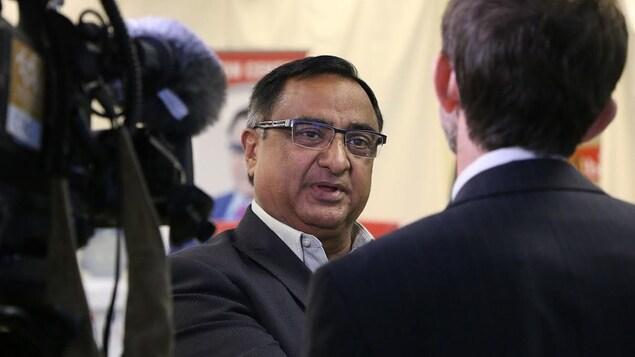 Le portrait d'un homme qui discute avec un journaliste