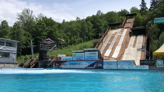 Les tremplins du centre Acrobatix surplombent la piscine.