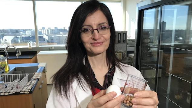 La chercheuse Rana Mustafa montre des pois chiches et un oeuf.