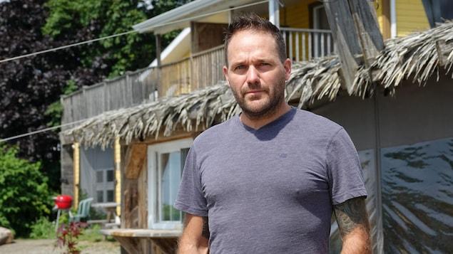 Raphaël Guité est photographié devant son restaurant.