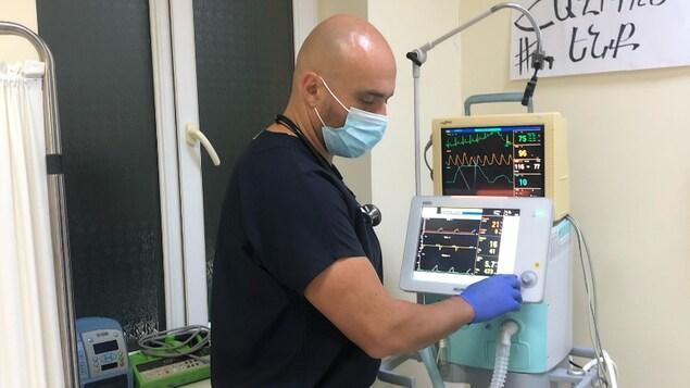 Le Dr Raphael Vartazarmian dans une salle d'opération.