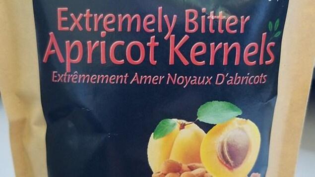 Un emballage de noyaux d'abricots.
