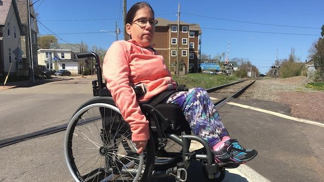 Marisol Benoit montre ici les précautions qu'elle prend chaque fois qu'elle franchit un passage à niveau.