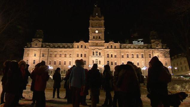 Un rassemblement devant l'Assemblée nationale à Québec un soir de janvier 2020