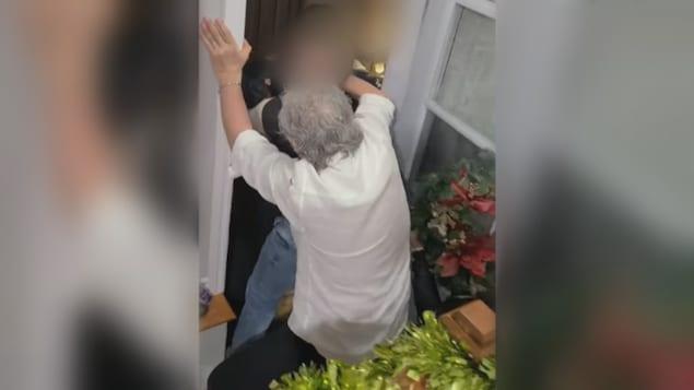 Altercation entre un homme et un policier dans une entrée de maison