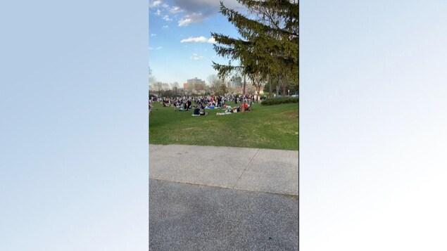 Une foule rassemblée au loin