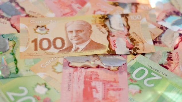 Des billets de dollars canadiens.