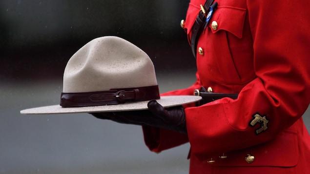 Un agent de la GRC porte son couvre-chef en main.