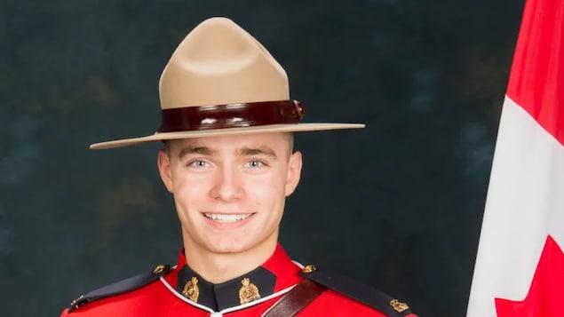 Portrait de Shelby Patton portant le chapeau et l'uniforme de la Gendarmerie royale du Canada.