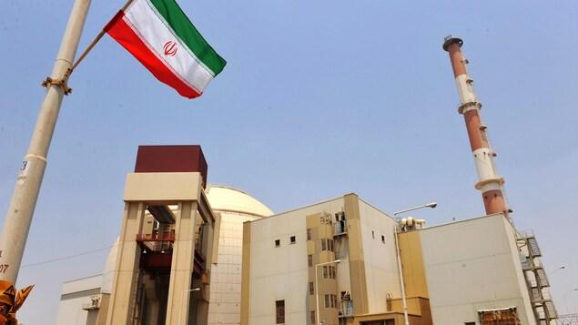 Une centrale nucléaire avec un drapeau iranien.