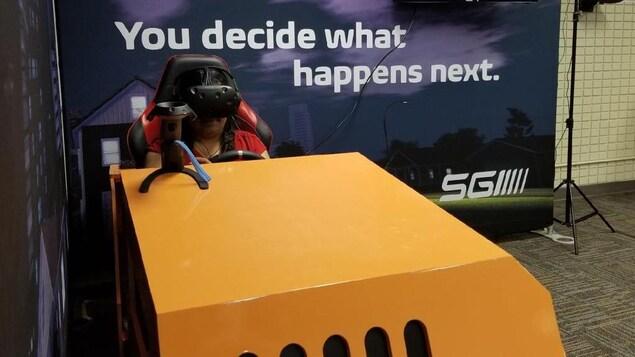 La journaliste Yessica Chavez expérimente les scénarios de conduite avec facultés affaiblies en réalité virtuelle de la SGI.