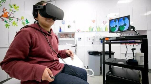 Un enfant avec une lunette permettant l'expérience de réalité virtuelle.