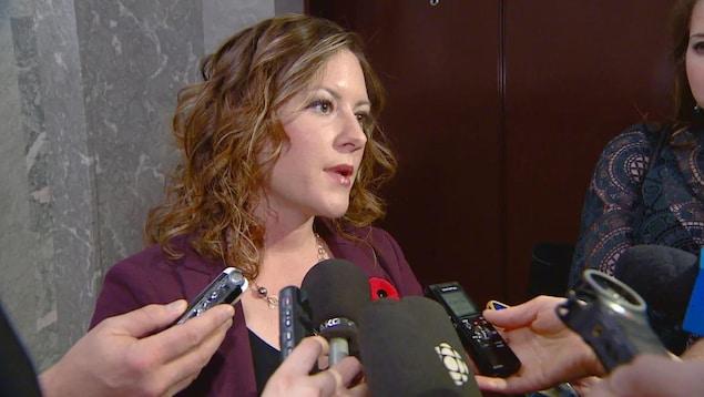 Rebecca Schulz répond aux questions des journalistes.