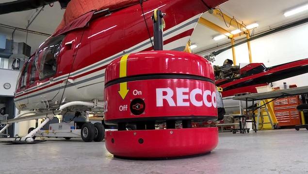 Le nouveau dispositif RECCO devant un hélicoptère.