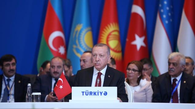 Le président turc Recep Tayyip Erdogan se tient sur une estrade.