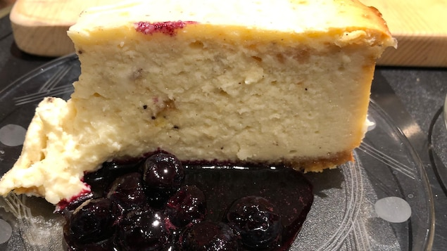 Une tranche de gâteau avec du caramel de bleuets.