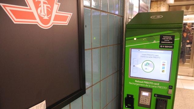 Photo d'une borne de recharge Presto à la station de métro St. Andrew
