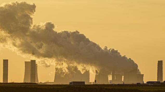 Une fumée dense dans le ciel au dessus d'une usine en Allemagne.