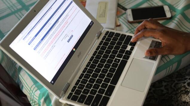 Une personne remplit une demande d'assurance-emploi sur son ordinateur portable.