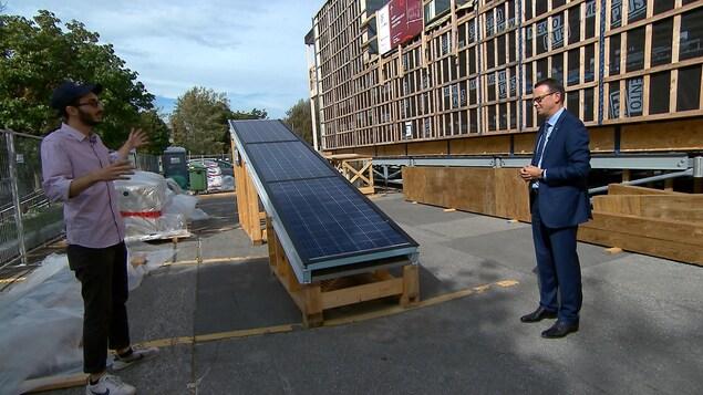 Un panneau solaire devant une maison-laboratoire d'Hydro-Québec