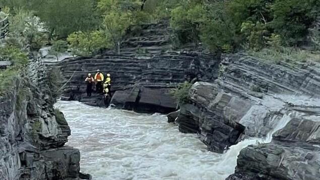 Des policiers et des pompiers de trouvent aux abords de la cascade du parl Hog's Back.