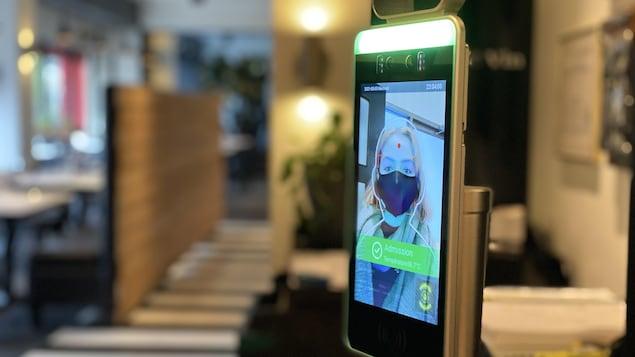 Appareil électronique effectuant une reconnaissance faciale.