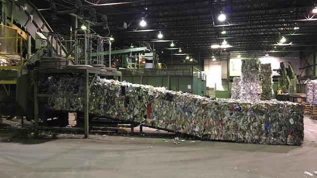 Des ballots de recyclage dans une usine.