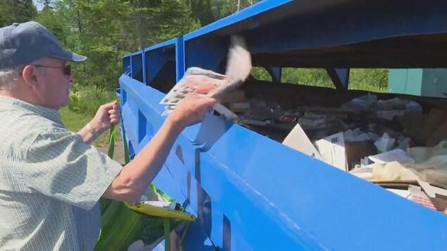 Les résidents du Restigouche doivent se débarrasser eux-mêmes de leurs matières recyclables dans des centres de collecte.